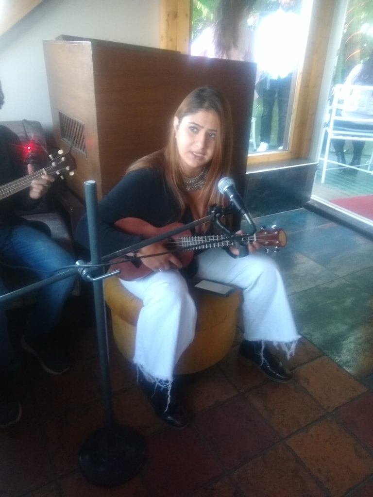 Astha Ray singing and playing Ukulele at Hangout